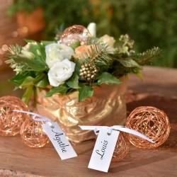 Hvide bordkort med satinbånd til bryllup