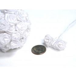 Hvide båndroser på stilk bryllupspynt