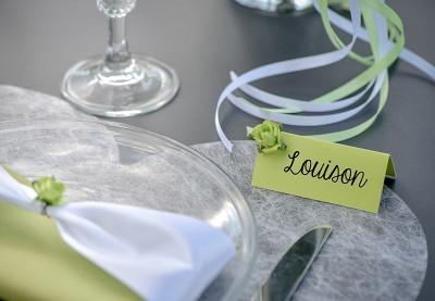Ensfarvet bordkort og glaskort bryllup